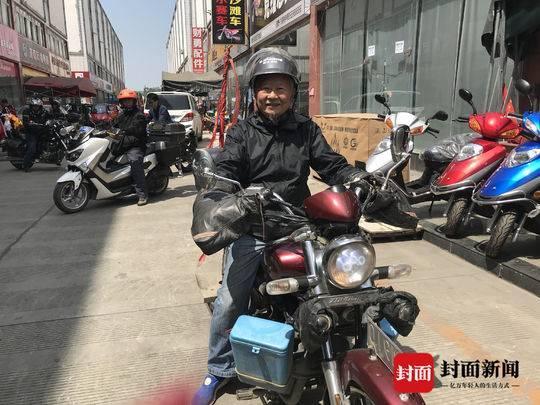 4月16日,成都,邓宗全与朋友们聚会,分享自己的经历
