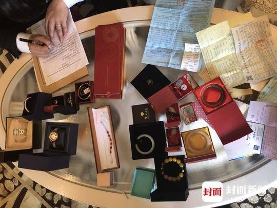 夫妻欠债千万却住豪华别墅 法院搜出一堆珠宝(图)中国娃娃的英文