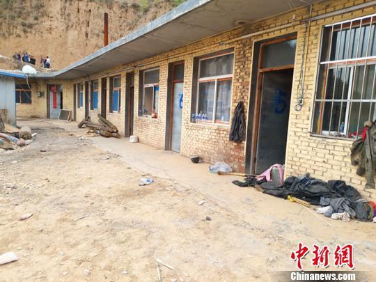 此次灾害造成9间房屋中的3间半房屋被压陷。 刘小红 摄