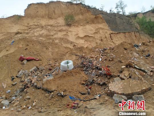 图为:山体滑坡灾害现场。 刘小红 摄