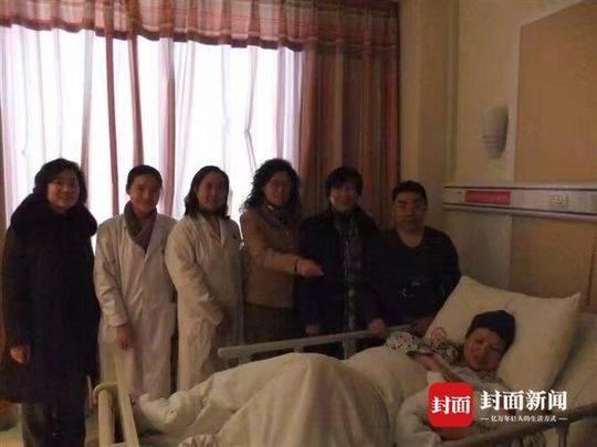 妻子侯碧英生产后,原四川大学华西第二医院院长毛萌(左四)来医院探望