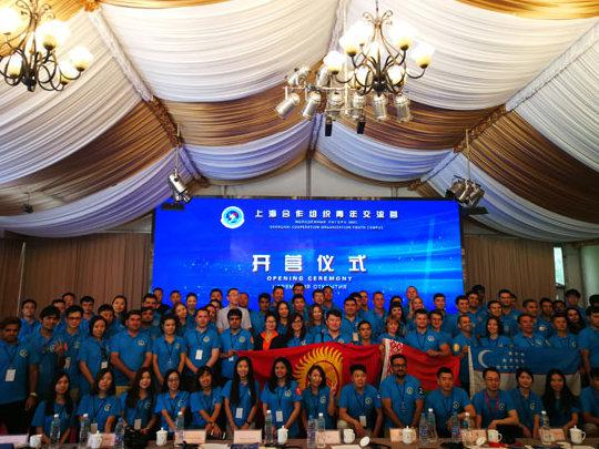 材料图:2017年8月23日第二届上海协作安排青年沟通营开营典礼现场。(图片来自:我国青年报)