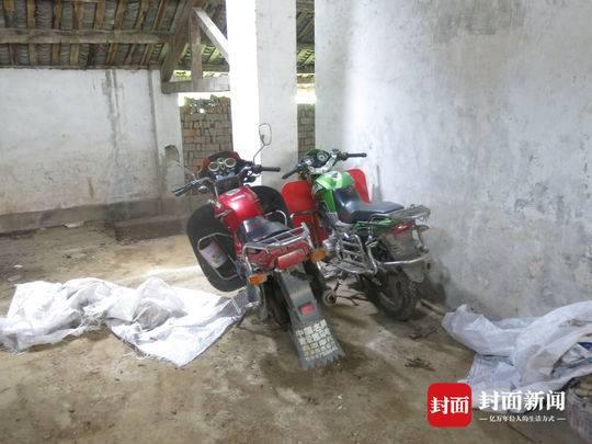 两辆两轮摩托车被犯罪嫌疑人用口袋包裹,防止被人发现。