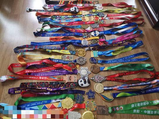熊相荣收集了40块马拉松纪念奖牌。