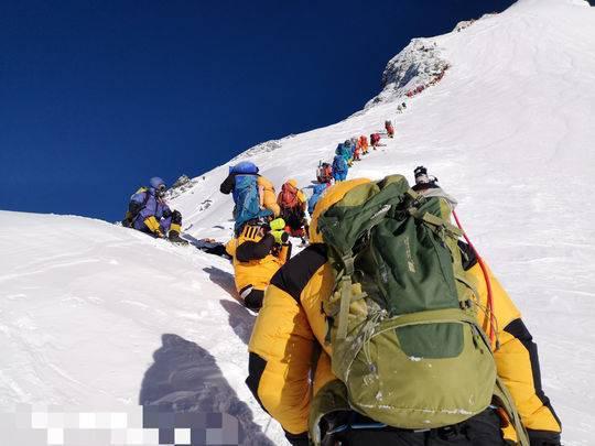 队伍一路向上攀登