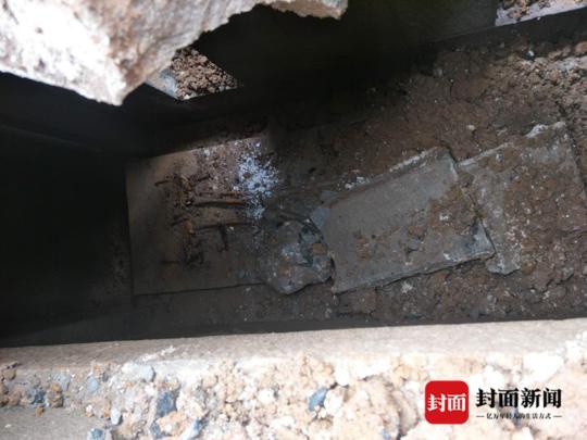 古墓内疑似留有部分人体骨骸。(网友供图)