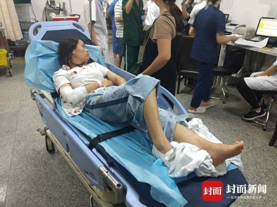 伤者赵女士腿部、肘部等多处受伤。