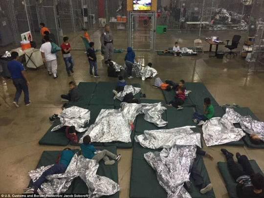 据统计,迄今大约4000名移民儿童被美国当局强行带离父母