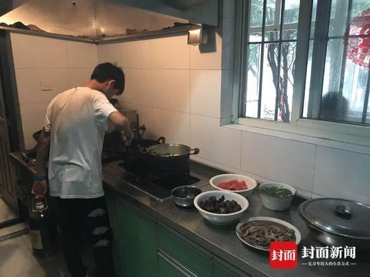 节假日,青年机构里的男孩会在阿姨的指导下学习做饭。