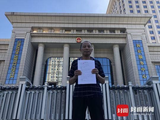 6月18日上午,李锦莲到江西省高级人民法院提交国家赔偿申请书