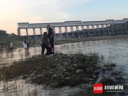 """遂宁曝红""""网红沙滩"""" 河滩成了""""游泳池"""""""