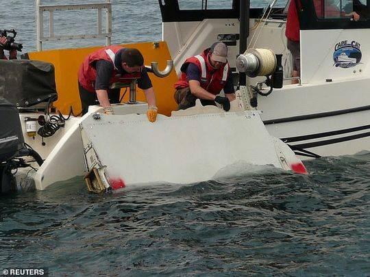 搜尋人員在測試與MH370相似的殘骸。