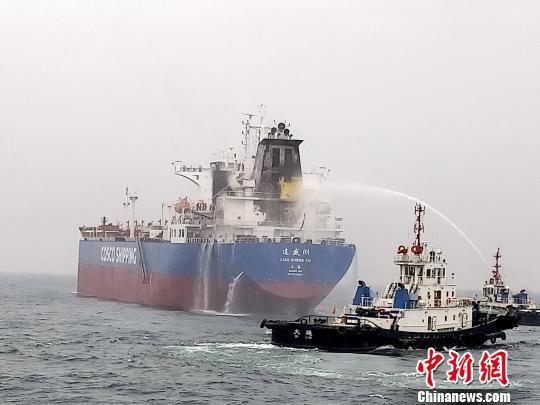 油轮在大连海域起火 大连海事局成功营救29名船员|海事局|起火|营救