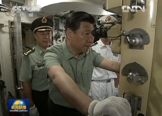 △习近平视察某新型潜艇。