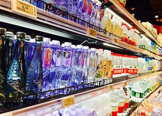 永輝深圳門店的瓶裝水貨架。攝影:趙曉娟