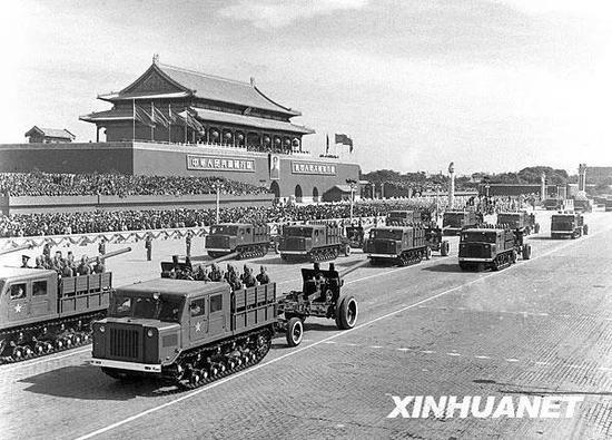 图为中国人民解放军炮兵部队接受检阅。新华社记者 刘庆端 摄