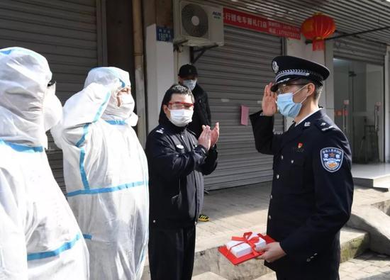 2月1日,省公安厅为在抗击疫情中浮现优异的武汉***送奖上门。