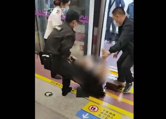 """女子被保安拖拽 目击者:老人骂她""""女流氓"""" 保安以为老人被打"""