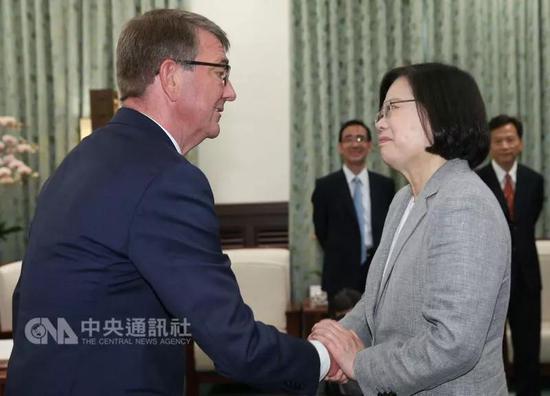 """美国前国防部长卡特(左)7月24日与蔡英文(右)见面。来源:台湾""""中央社"""""""