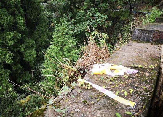 △25日上午11时30分许,位于乐清淡溪山区抛尸现场,路旁的栏杆上还遗留着警戒线。路边悬崖落差约七八米,参与救援的人员介绍,女孩的遗体就是从悬崖下被发现。