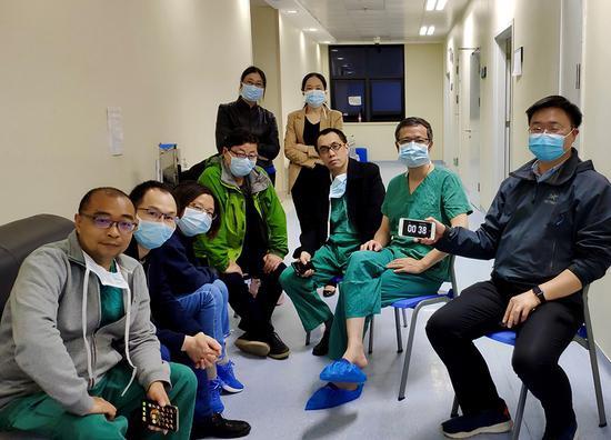 4月24日, 陈静瑜。团队与武汉协和医院董念国团队互助开展第二例新冠肺炎晚期患者肺移植后,部门专家合影。 受访者 供图