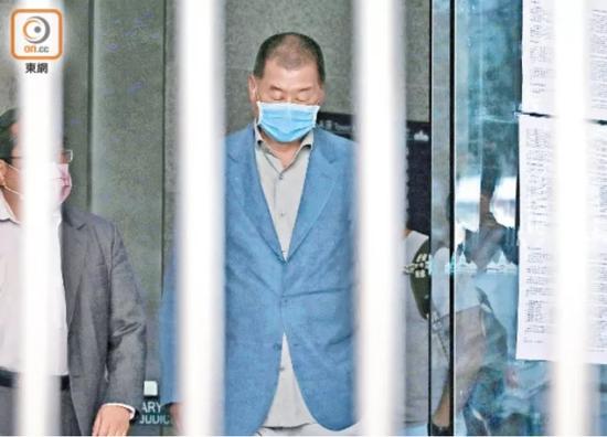 黎智英恐吓记者案被裁决罪名不成立 有市民此前在法院外要求重判