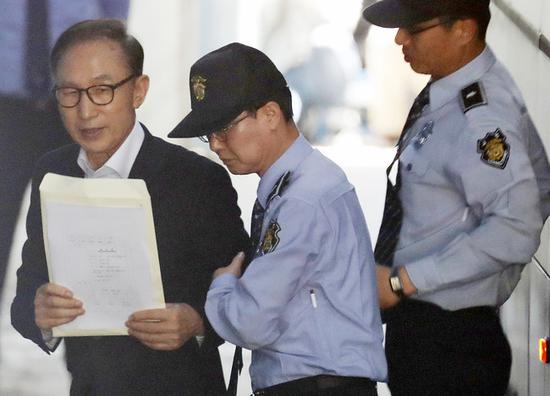 李明博所在拘留所748人确诊 大批警车出动转运患者