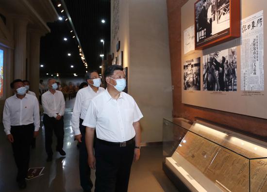 ↑2020年8月19日,习近平在安徽合肥市观光渡江战争怀念馆,重温革命汗青,想念革命先进的劳苦功高。