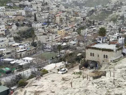 大卫城遗址局部和背后的巴勒斯坦村落