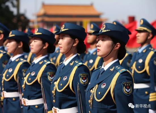 2014年5月12日,我军首批三军女子仪仗兵亮相外交礼仪,接受中外领导人检阅。新华社记者庞兴雷摄