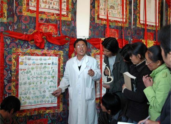 曼巴索朗次仁借助曼唐,向学生讲授《四部医典》记载的藏药浴药材。嘎务多吉 摄 中国非物质文化遗产保护中心供图