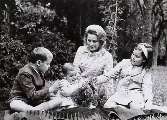 △格蕾絲王妃與孩子們在一起。