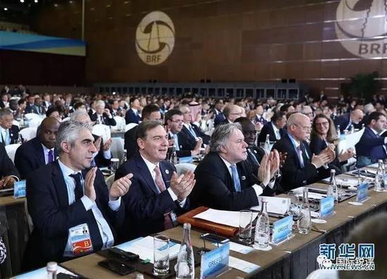 """(出席第二屆""""一帶一路""""國際合作高峯論壇的代表在開幕式上 圖片來源:新華社)"""