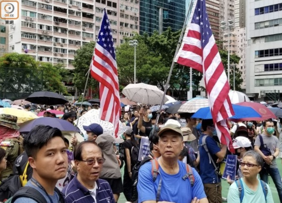 黎智英参与非法游行,现场竟出现美国国旗(东网)