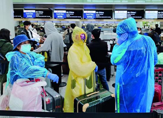 3月26日,美国旧金山国际机场,前去中国的搭客接纳精密防护步伐,列队解决登机手续。拍照/本刊记者 刘关关