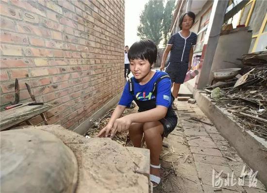8月1日,枣强县新村,王心仪在家中生火做饭。