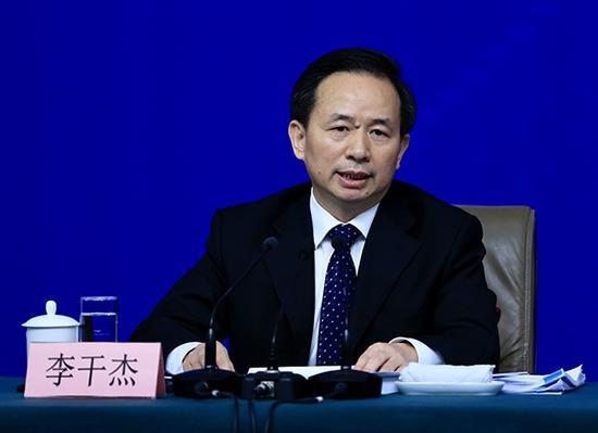 3月17日下午,十三届全国人大一次会议在梅地亚中心举行记者会,环保部部长李干杰回答中外记者的提问。 澎湃新闻记者 赵昀 图