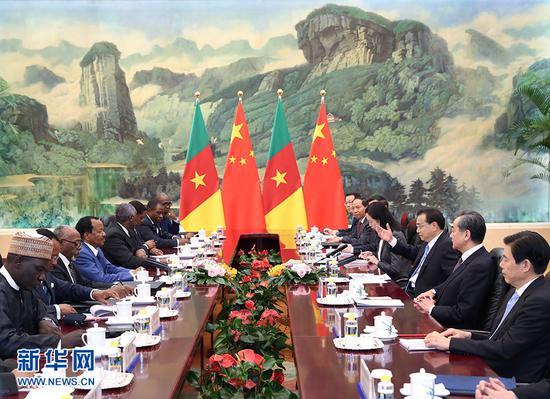 3月23日,国务院总理李克强在北京人民大会堂会见来华进行国事访问的喀麦隆总统比亚。 新华社记者 庞兴雷 摄