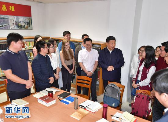 """这是2018年5月2日,习近平在北京大学马克思主义学院,与正在就""""解读新时代""""进行座谈交流的中外学生亲切交谈。新华社记者李涛摄"""