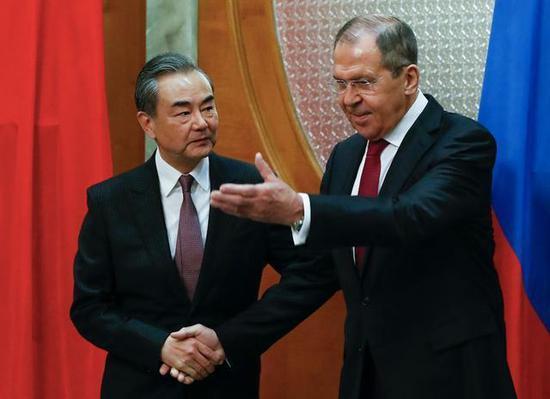 13日,國務委員兼外長王毅在索契同俄羅斯外長拉夫羅夫舉行會談。