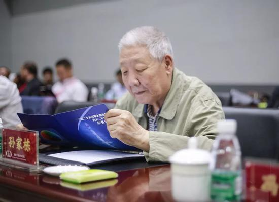 ▲ 2018年6月,89岁的孙家栋亲临发射场指导风云二号卫星发射任务(魏京华摄)