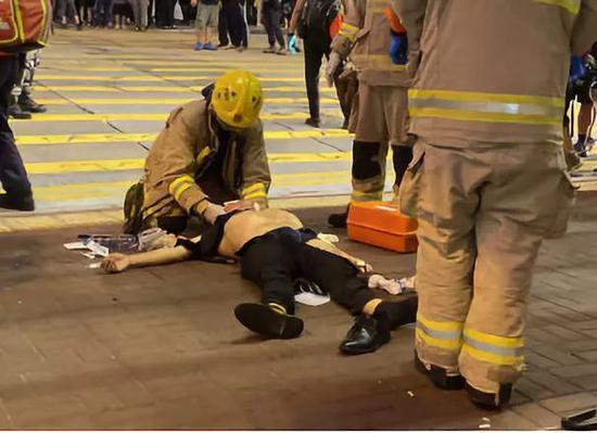 香港暴徒袭击路人扯掉受害人上衣内裤 警方回应