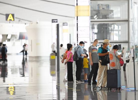 大兴机场开放了部分自助值机设备,并配有手部消毒液。摄影/新京报记者 陶冉