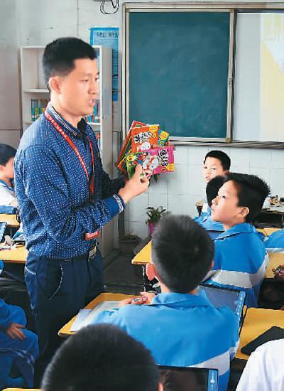 4月23日,江西省新余市分宜县的执法人员在分宜县第一小学向学生讲解盗版书籍的鉴别方法。周 亮摄(人民视觉)