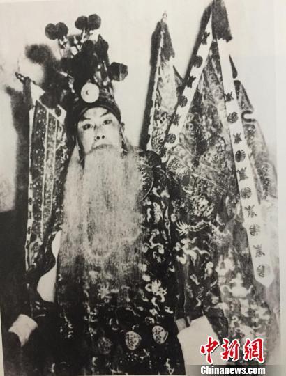 1952年张伯驹在燕京大学贝公楼演出《阳平关》饰黄忠 张伯驹潘素文化发展基金会供图