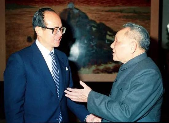 1990年初,北京,邓小平接见香港首富李嘉诚 图 / 任晨鸣