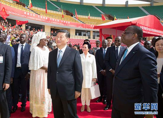 7月22日,国度主席习近平在达喀尔同塞内加尔总统萨勒共同列席塞内加尔竞技摔跤场项目移交典礼。 新华社记者 王晔 摄