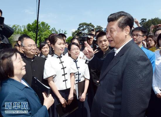 这是2014年5月4日,习近平在校园观看北京大学师生纪念五四运动95周年青春诗会时同朗诵者亲切交谈。新华社记者马占成摄