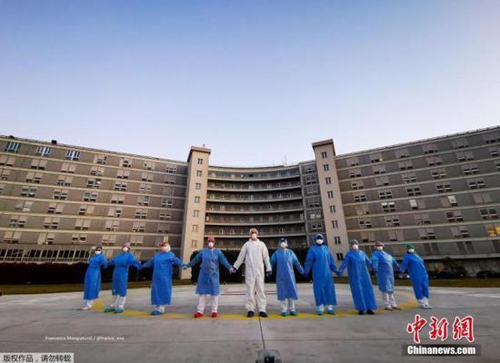 当地时间4月6日,意大利克雷莫纳一家医院的医务人员手牵手,向在新冠肺炎疫情中受影响的人们表示支持和致意。