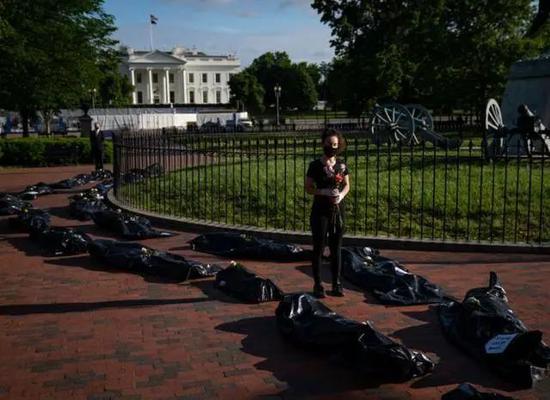 抗议者将装尸袋放置在白宫外